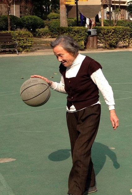 This 80-year-old super-granny can probably school us all in basketball